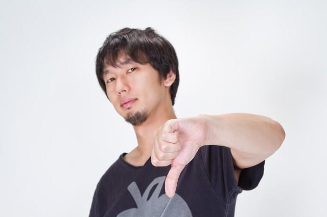 ブーイングする男性の写真