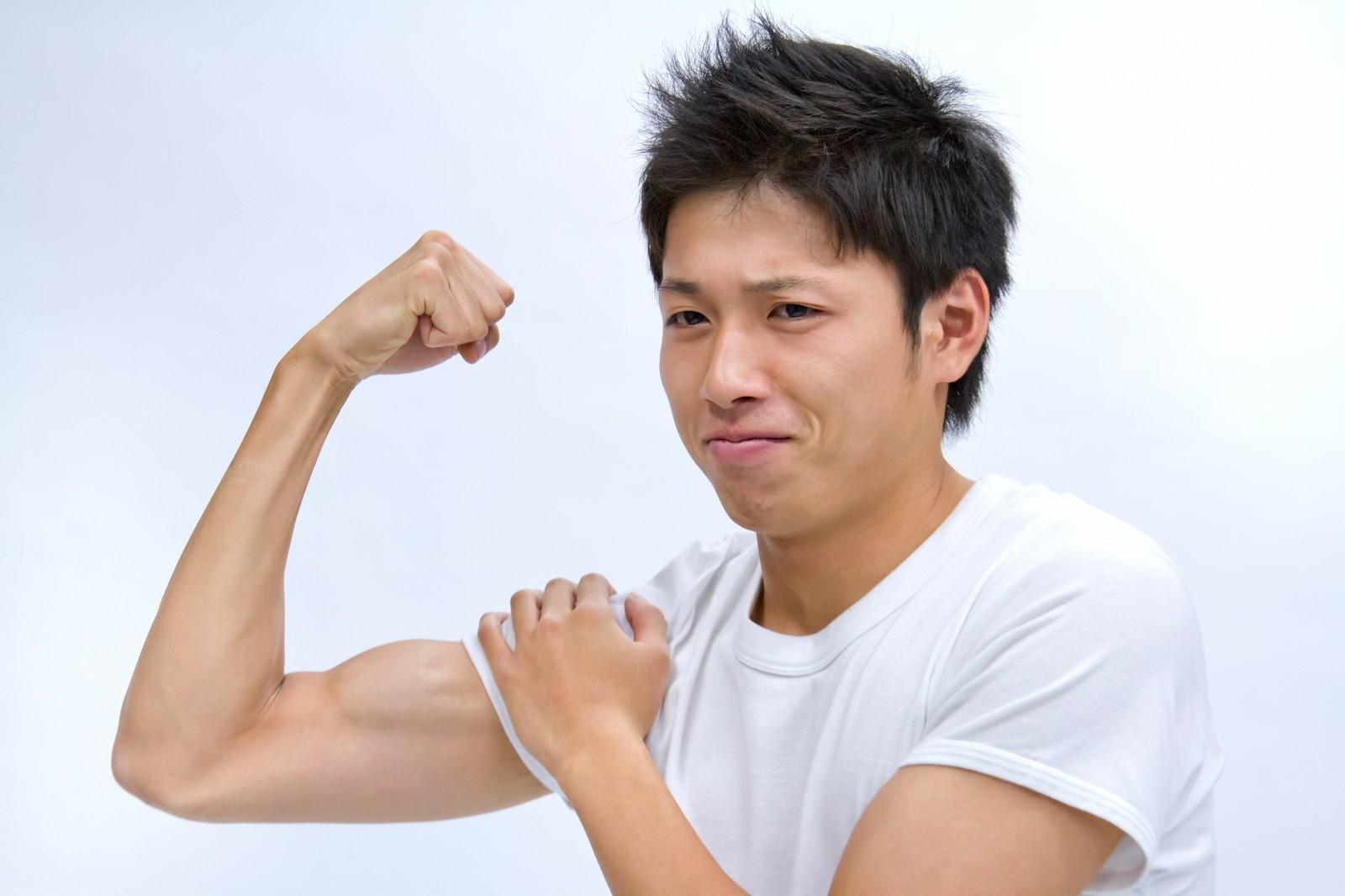 「力こぶを見せる男性」の写真[モデル:恭平]