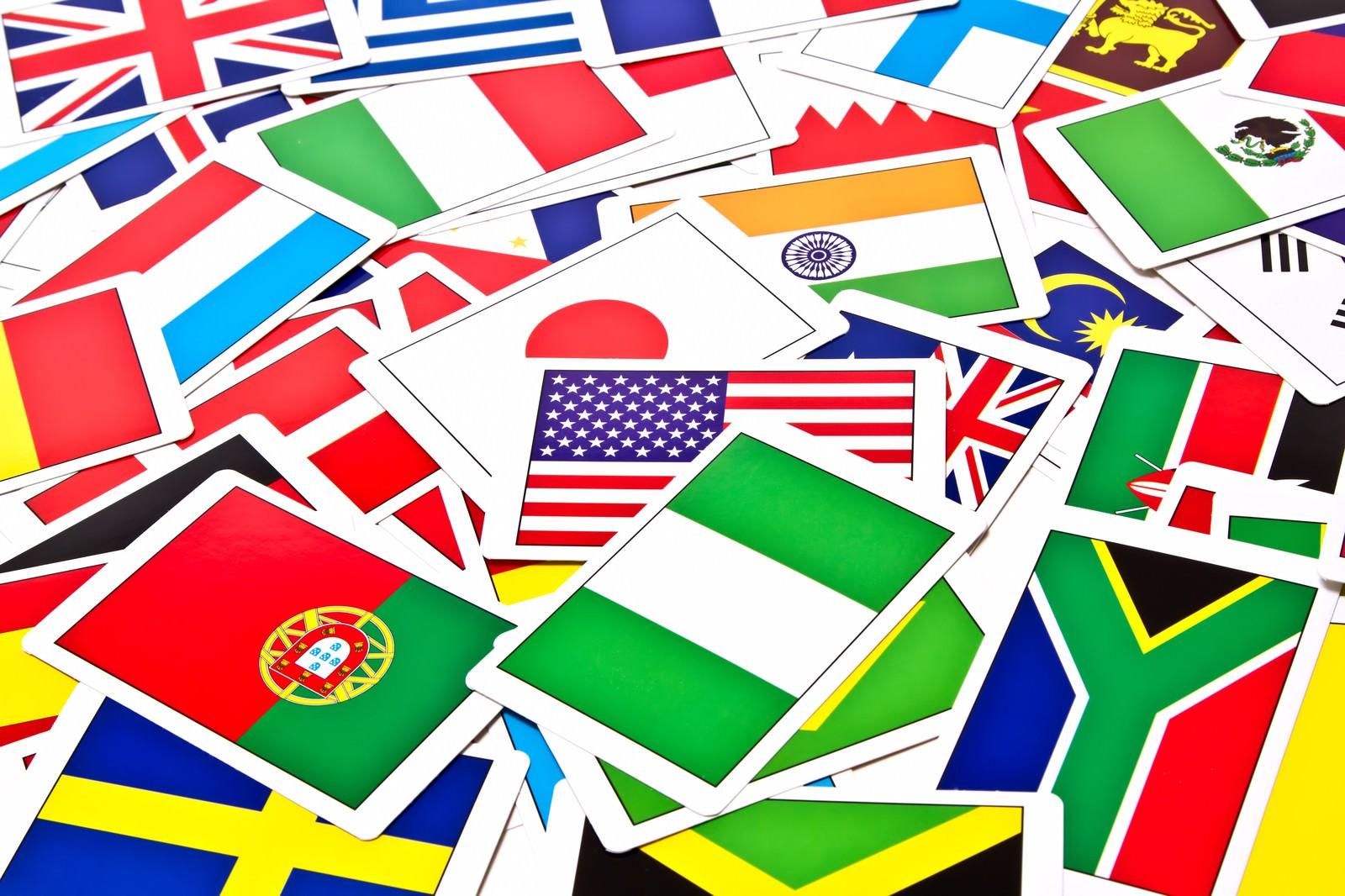 「散らばった国旗カード」の写真