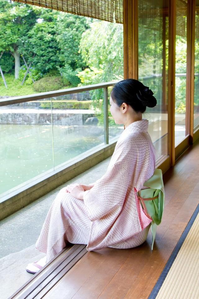 縁側に座る着物の女性の写真