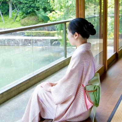 「縁側に座る着物の女性」の写真素材