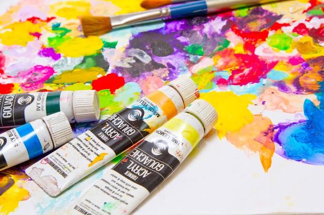 散らばった絵の具とパレットの写真