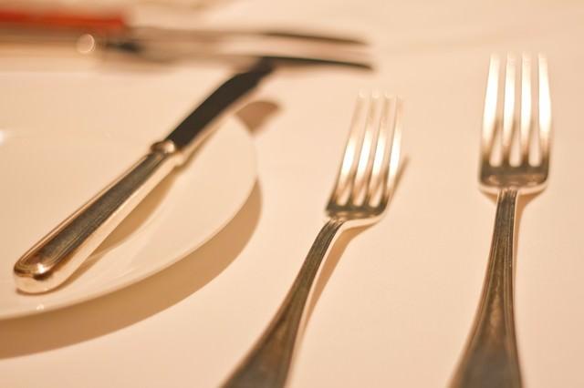 銀のフォークとお皿の写真
