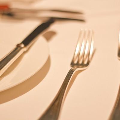 「銀のフォークとお皿」の写真素材