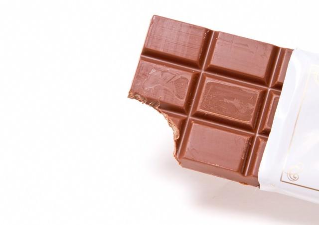 歯型がついたチョコレートの写真