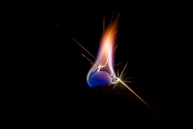 火花を散らす線香花火の写真
