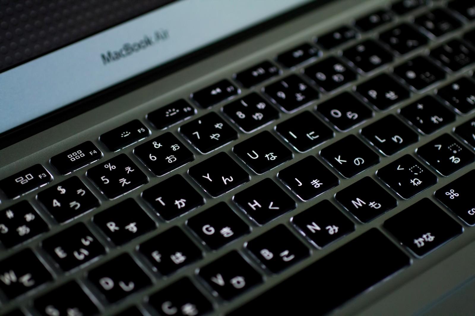 「暗がりで光るMBA(キーボード)」の写真