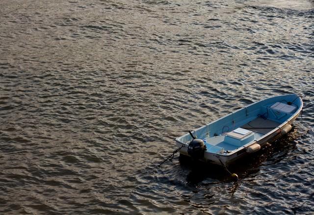 波に揺られるボートの写真