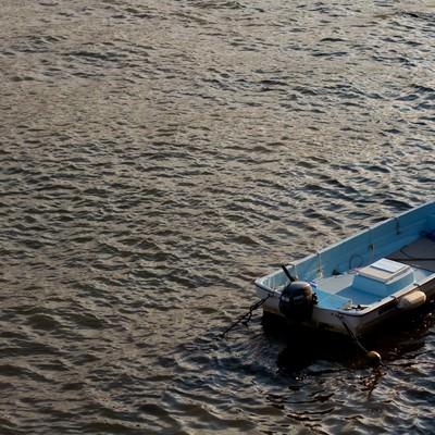 「波に揺られるボート」の写真素材