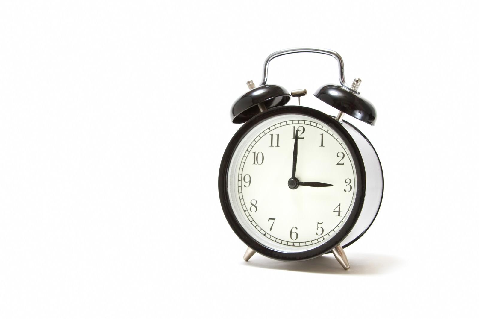 「おやつの時間(3時)を指す目覚まし時計」