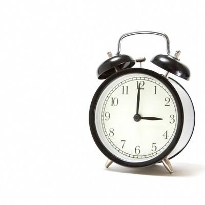 「おやつの時間(3時)を指す目覚まし時計」の写真素材