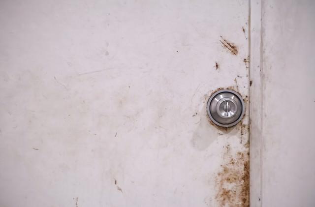 錆びた扉と鉄のドアノブの写真