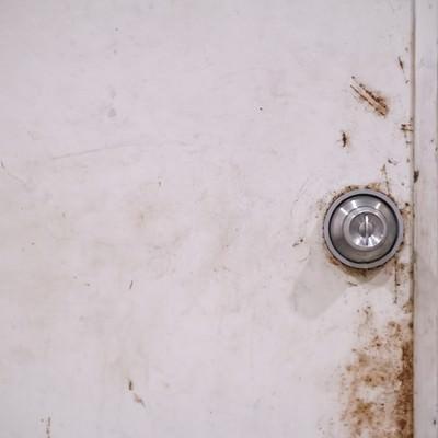 「錆びた扉と鉄のドアノブ」の写真素材