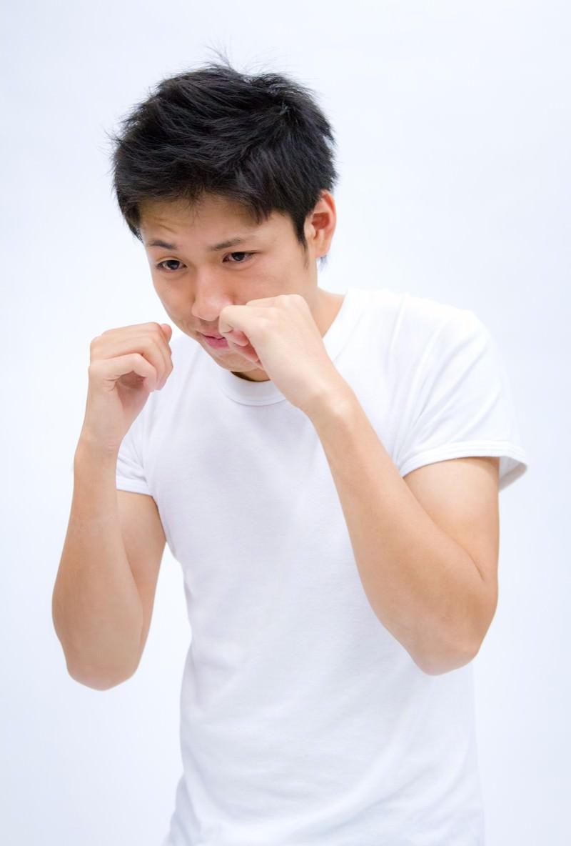 「シャドーボクシングをする男性」の写真[モデル:恭平]