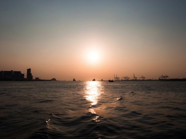 水面と夕陽の写真