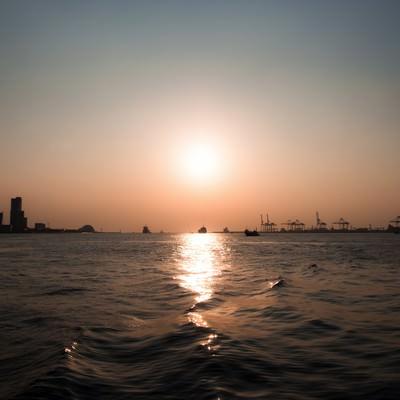 「水面と夕陽」の写真素材