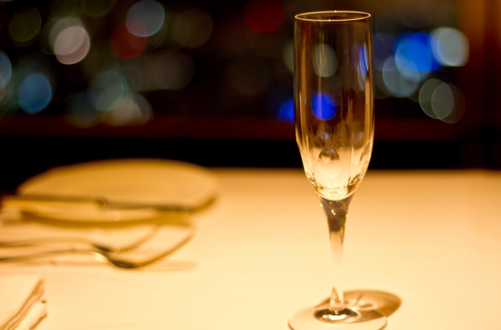 「テーブルに置かれたシャンパングラステーブルに置かれたシャンパングラス」のフリー写真素材を拡大