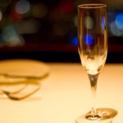 「テーブルに置かれたシャンパングラス」の写真素材