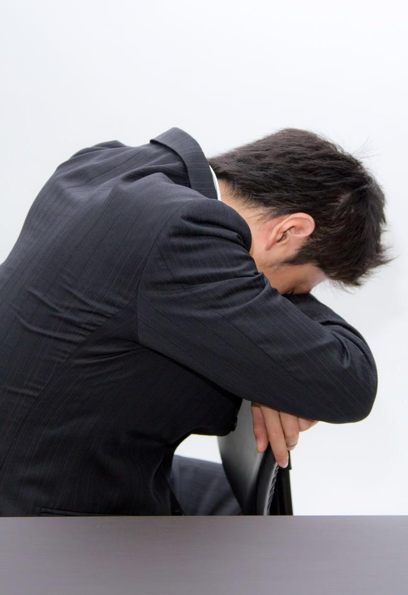 「椅子の背もたれにうなだれるビジネスマン」の写真[モデル:恭平]