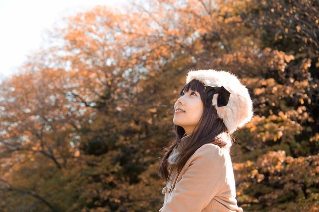 秋の黄葉とロシア帽の女性の写真