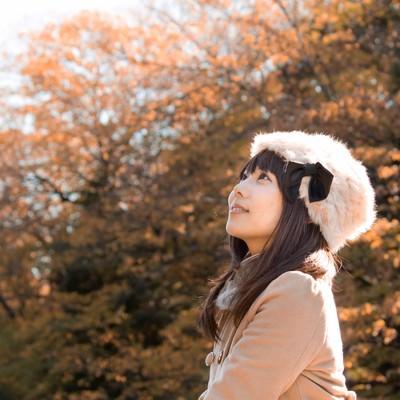 「秋の紅葉とロシア帽の女性」の写真素材
