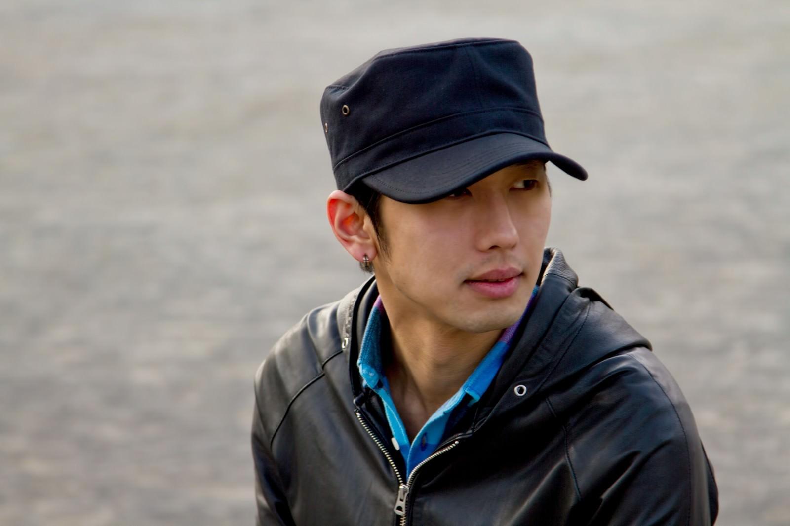 「帽子を被る男性」の写真[モデル:大川竜弥]
