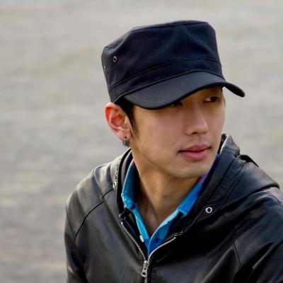 「帽子を被る男性」の写真素材