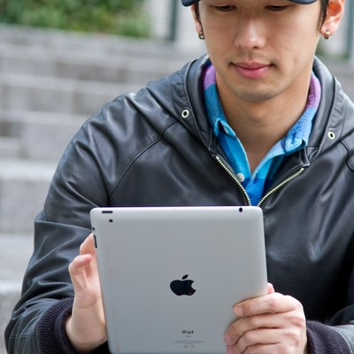 「iPadを触る男性」の写真素材