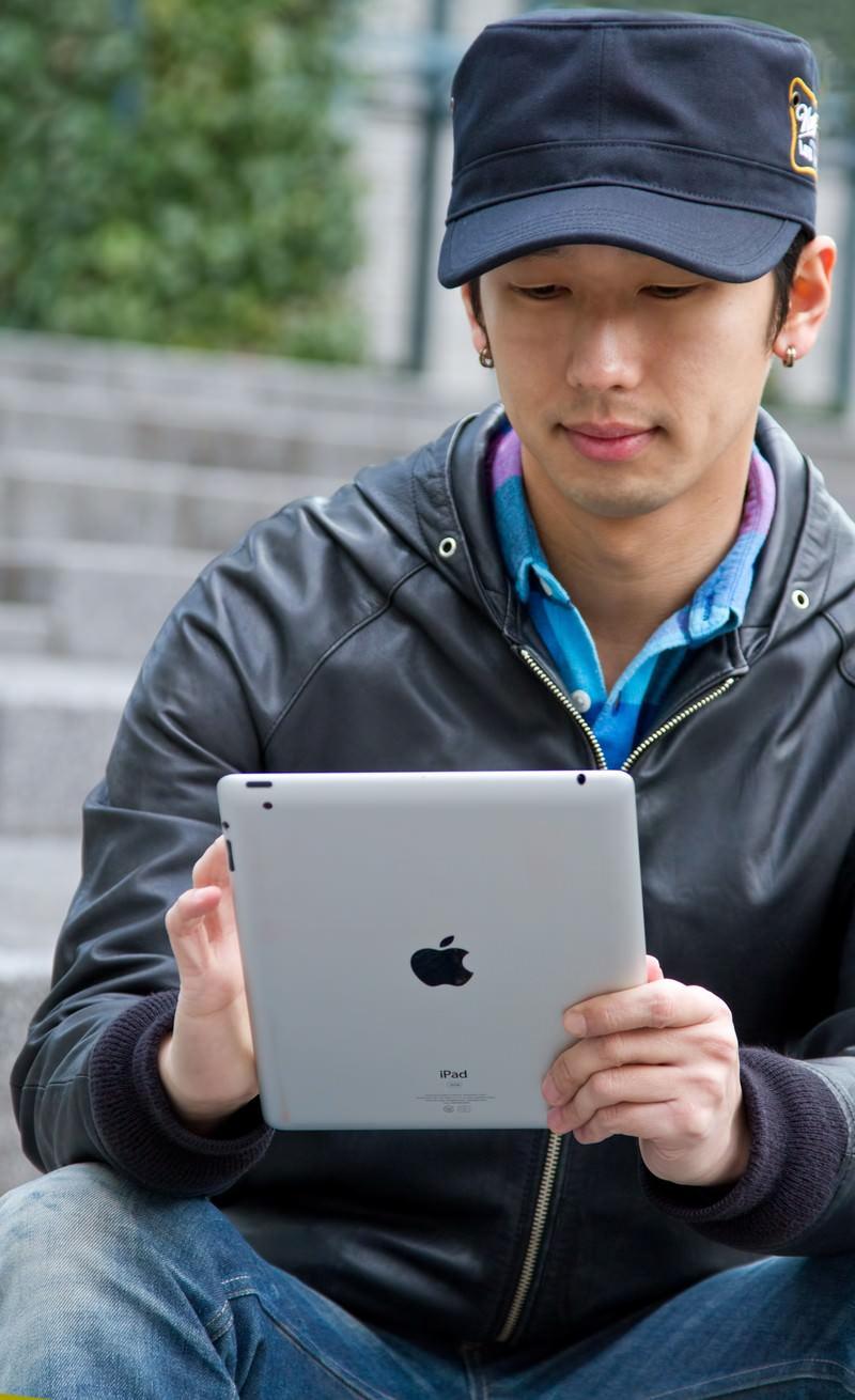 「iPadを触る男性iPadを触る男性」[モデル:大川竜弥]のフリー写真素材を拡大