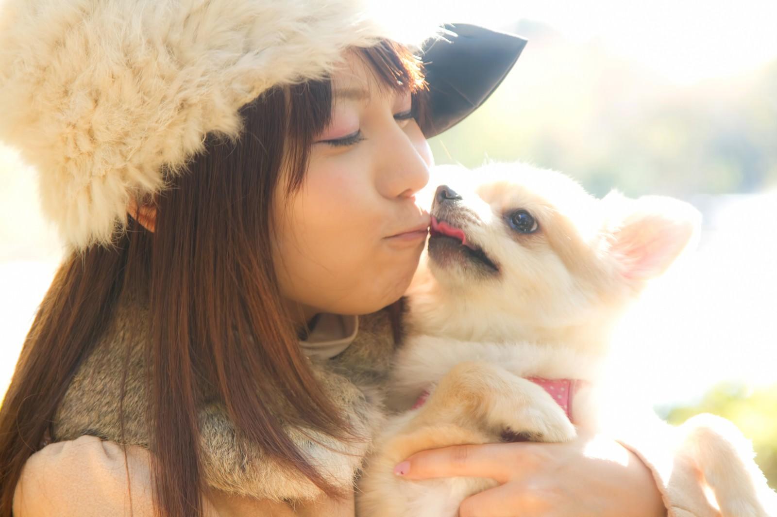 「犬とキス(チュー)する可愛い女の子犬とキス(チュー)する可愛い女の子」[モデル:Lala]のフリー写真素材を拡大