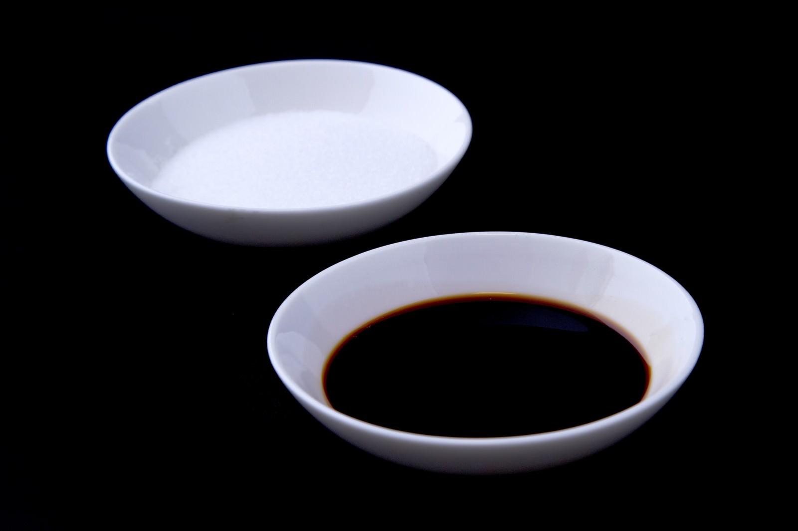 「料理用に分けられた塩としょうゆ」の写真