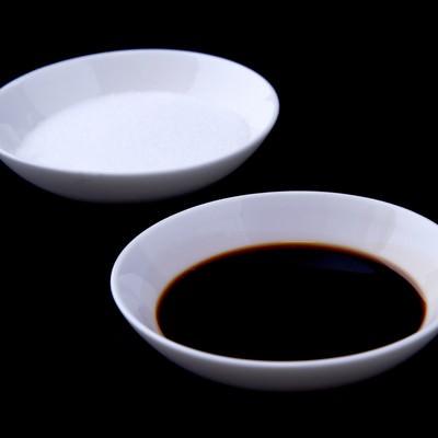 「料理用に分けられた塩としょうゆ」の写真素材