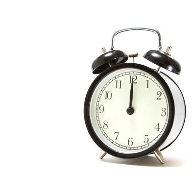 お昼の時間を指す目覚まし時計の写真