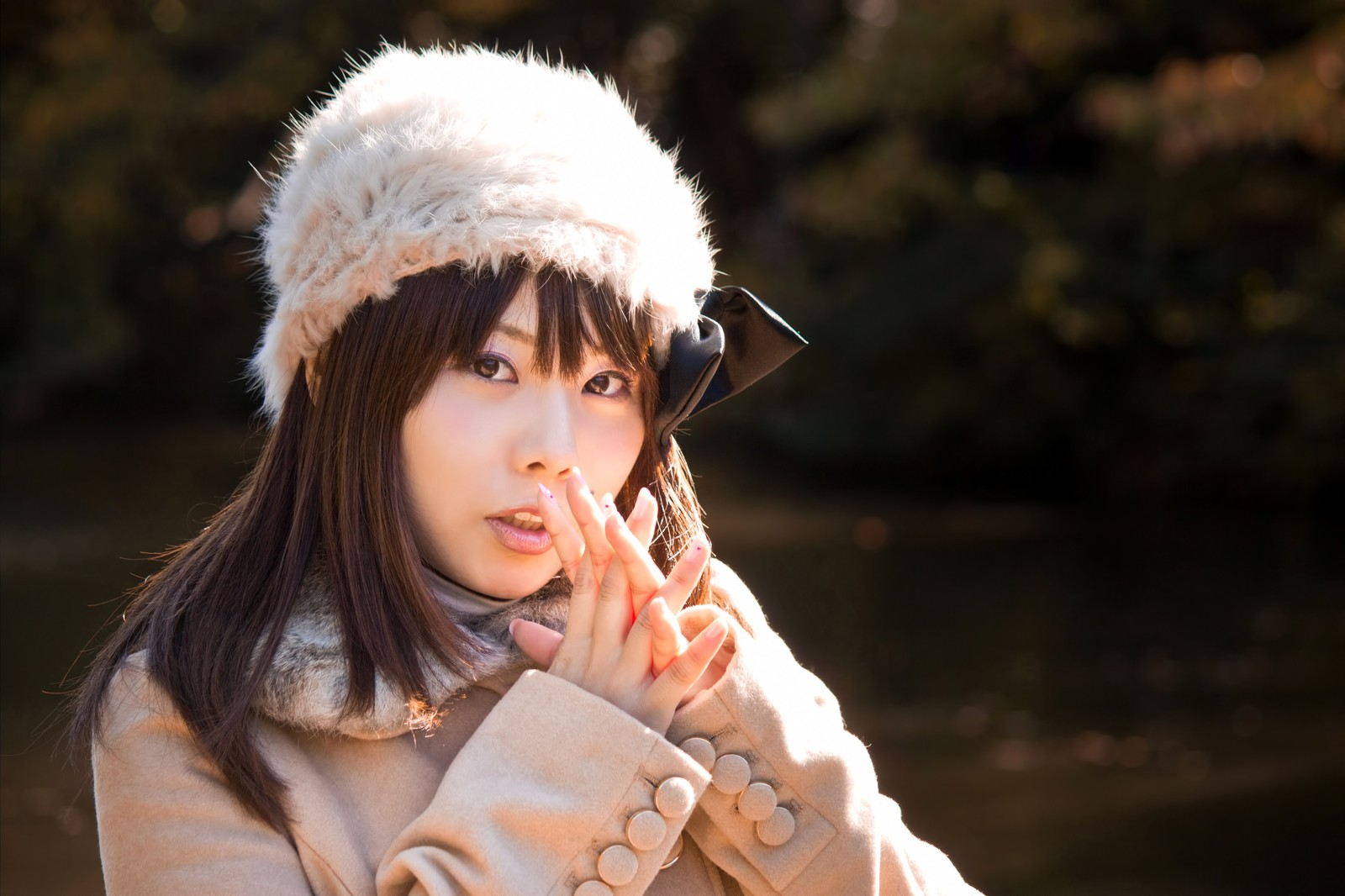 「寒くて息で手を温めるロシア帽の女性」の写真[モデル:Lala]