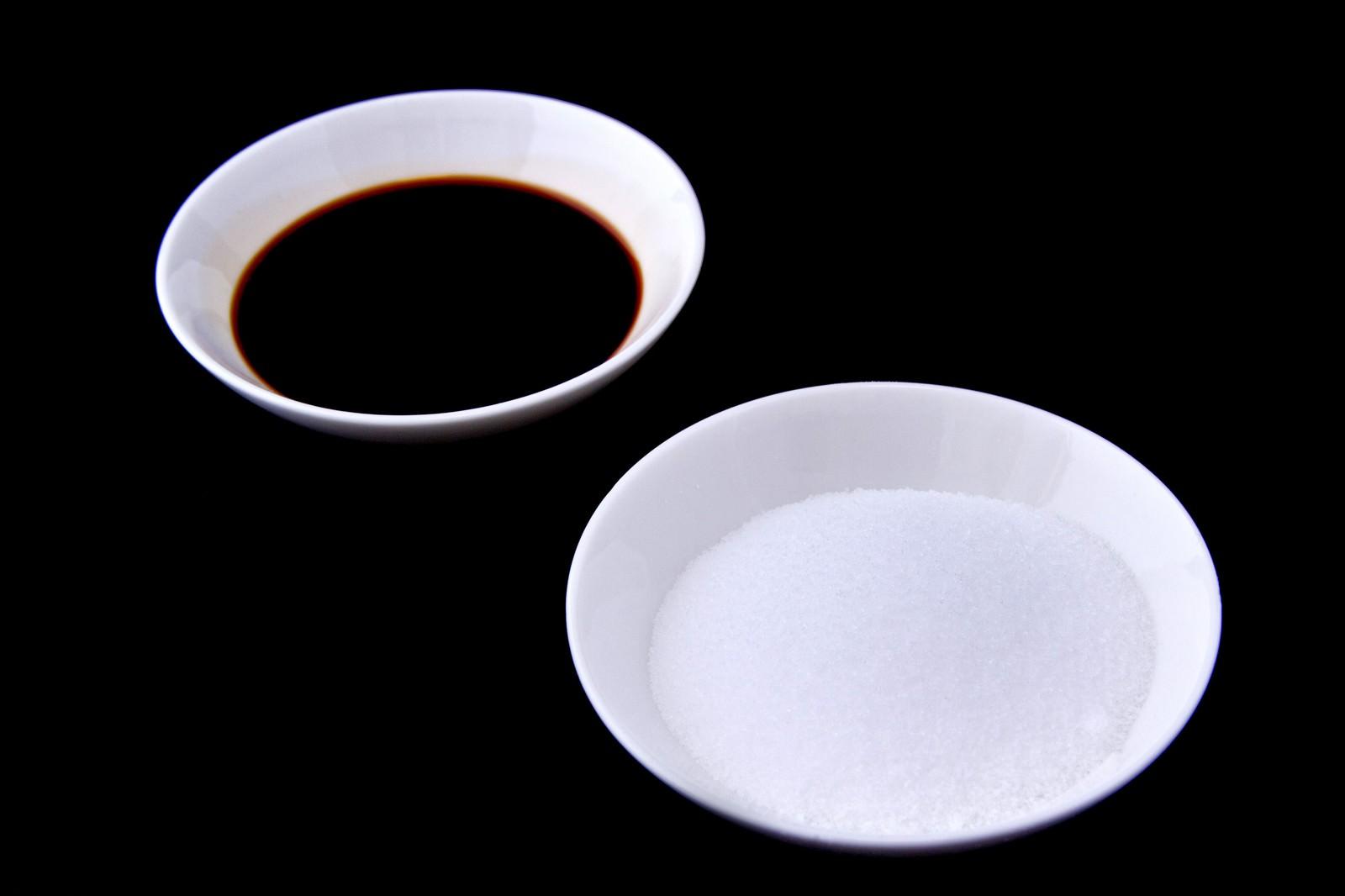 「お皿に乗った塩と醤油」の写真