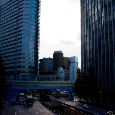 「日がくれた都会のオフィス街」の写真素材