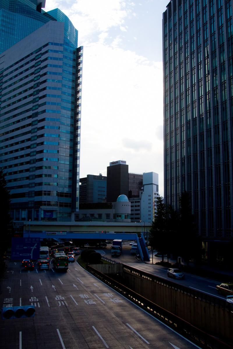「日がくれた都会のオフィス街」の写真