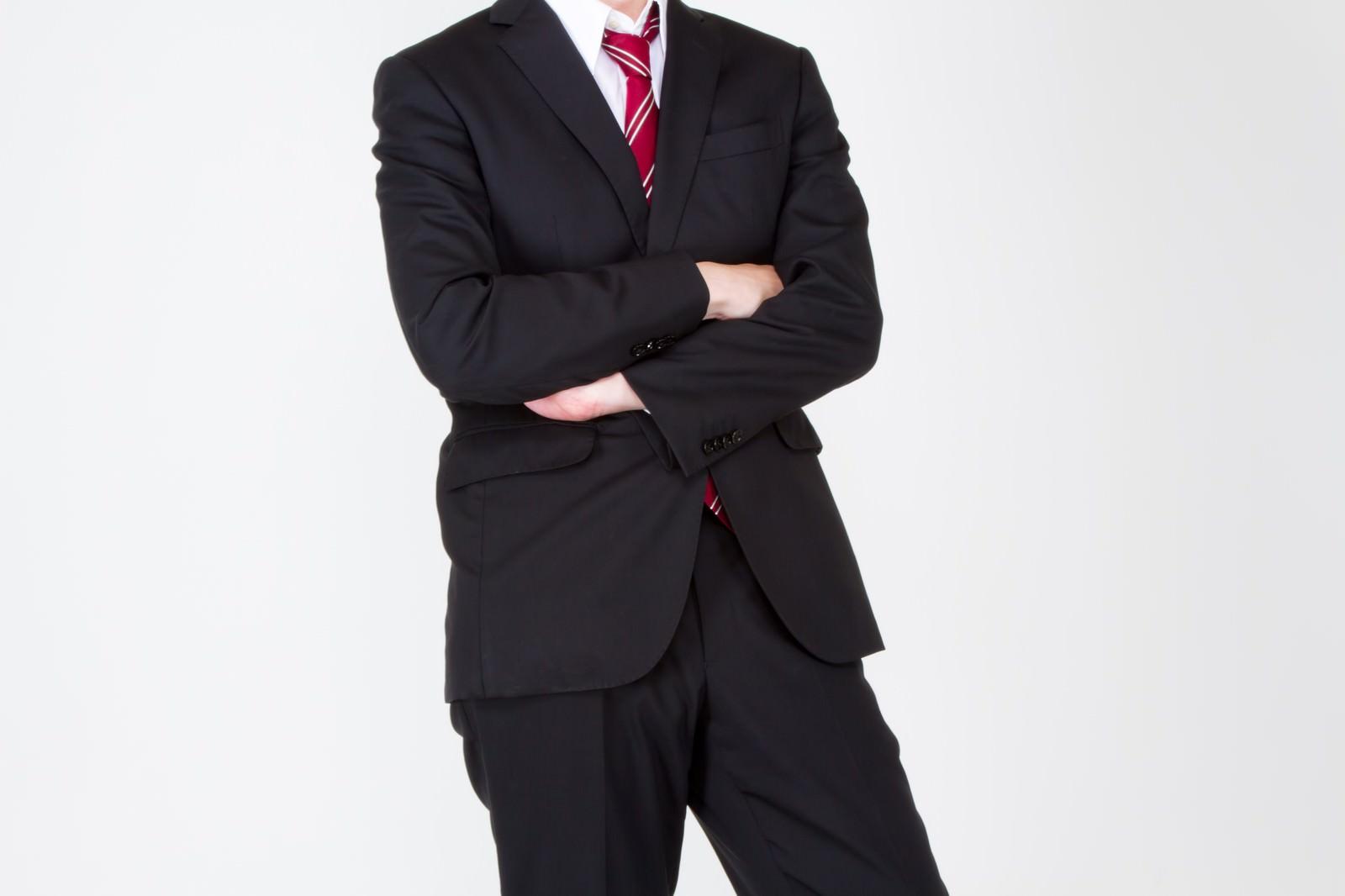 「腕を組むスーツ姿の男性腕を組むスーツ姿の男性」のフリー写真素材を拡大