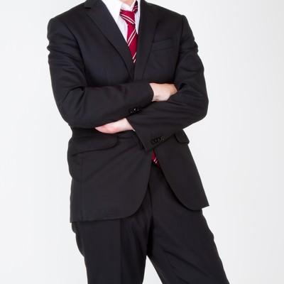 「腕を組むスーツ姿の男性」の写真素材
