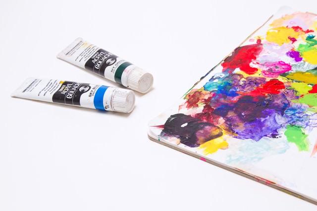 汚れた絵の具とパレットの写真