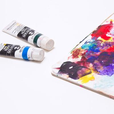 「汚れた絵の具とパレット」の写真素材