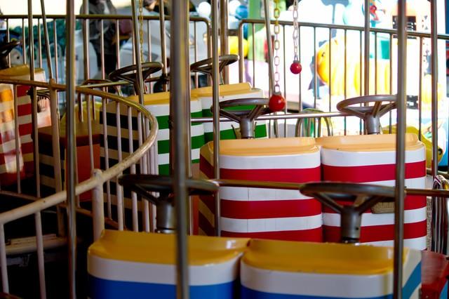 子供用の遊園地の乗り物の写真