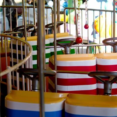 「子供用の遊園地の乗り物」の写真素材