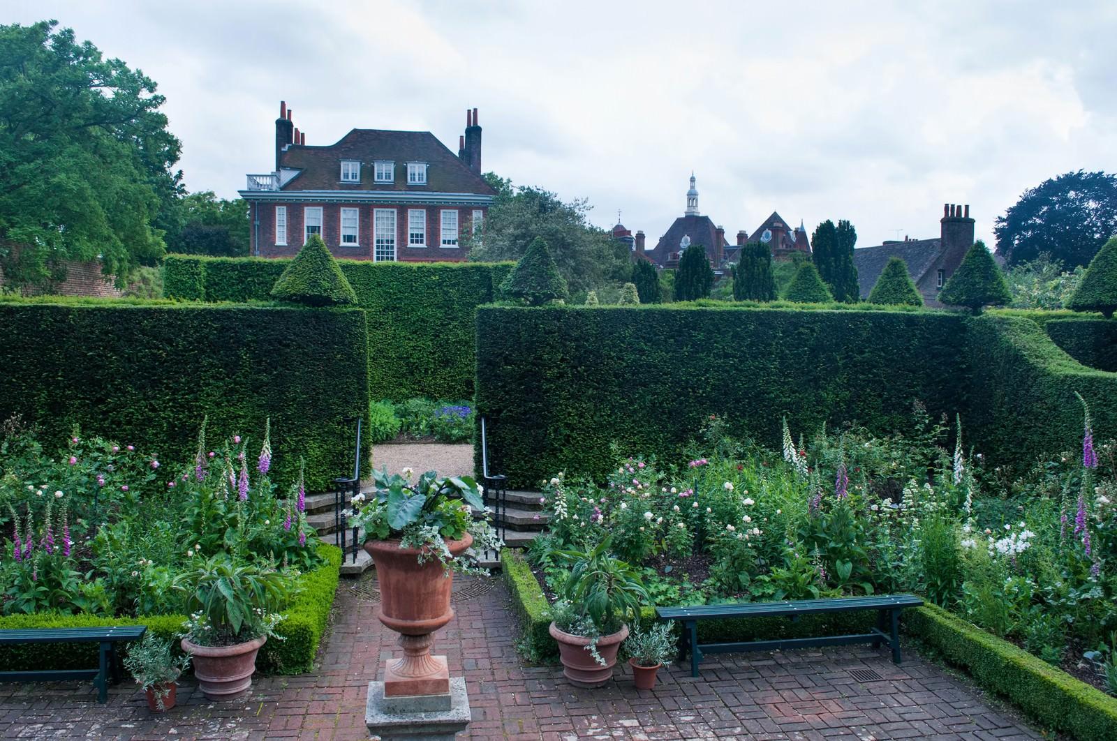 「フェントンハウス敷地内ガーデンフェントンハウス敷地内ガーデン」のフリー写真素材を拡大