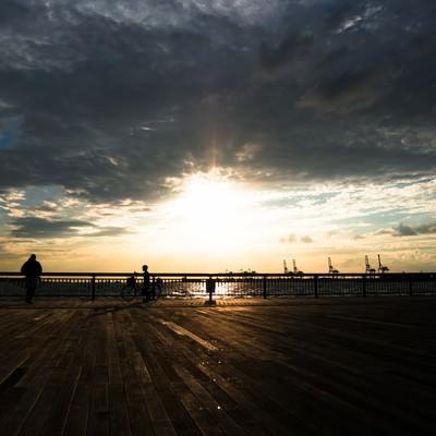 「夕陽と自電車の少年(シルエット)」の写真素材