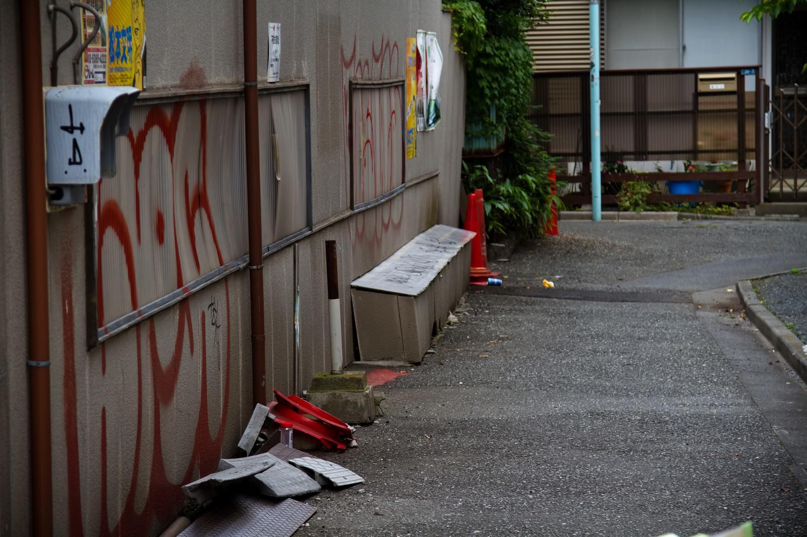 「落書きとゴミの路地裏」の写真