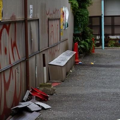 「落書きとゴミの路地裏」の写真素材