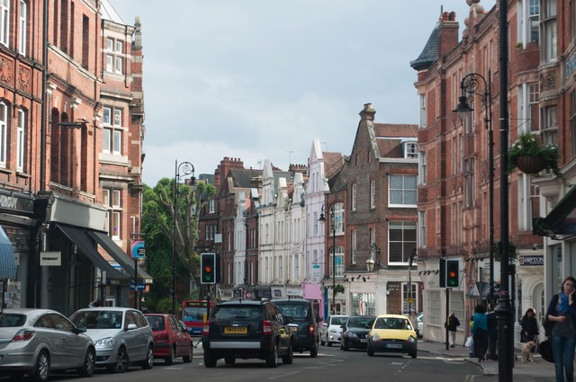 「ハムステッドの町並み(車や人)」のフリー写真素材