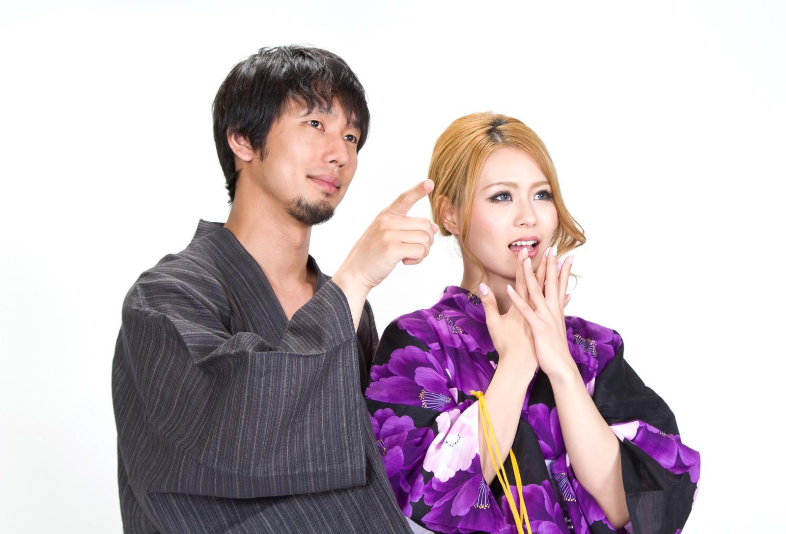 「ほら、見てごらんと指を指す浴衣の恋人」の写真[モデル:大川竜弥 吉川明奈]