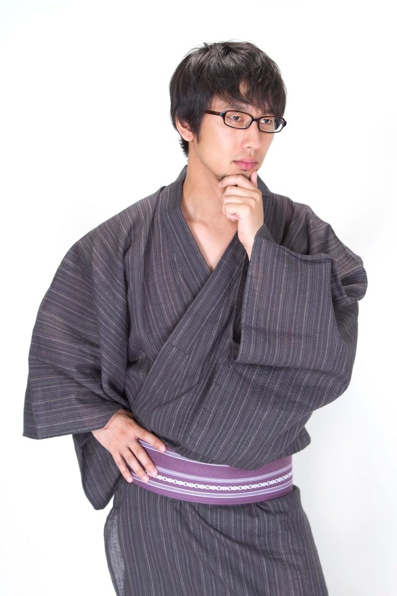 「考え髭を触る浴衣メガネ男子」の写真[モデル:大川竜弥]